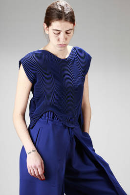 hip-length top in pleated steam stretch polyester with bicolour horizontal waves  - 47