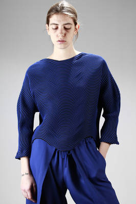hip-length sweater in steam stretch pleated polyester with bicolour horizontal waves  - 47