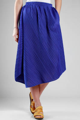 wide and asymmetric skirt in polyester plissé with narrow diagonal strip  - 111