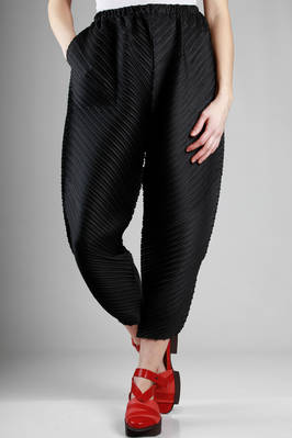 wide trousers in polyester plissé with medium diagonal pleat  - 111