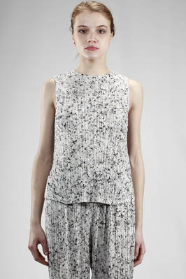 hip length top in polyester plissé with vertical narrow line with 'white granite' effect print  - 111