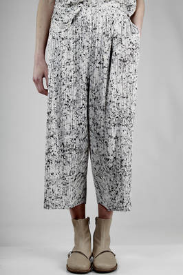 wide trousers in polyester plissé with narrow vertical line and 'white granite' effect print  - 111