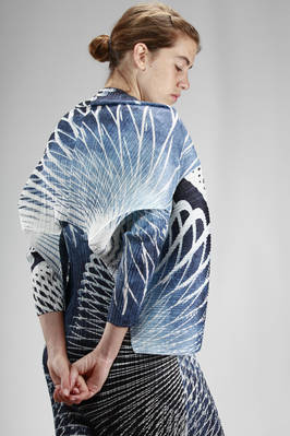 hip length jacket in polyester plissé with vertical narrow line printed in abstract tropical foliage - PLEATS PLEASE Issey Miyake