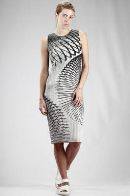 longuette dress in polyester plissé with vertical narrow line printed in abstract tropical foliage  - 111