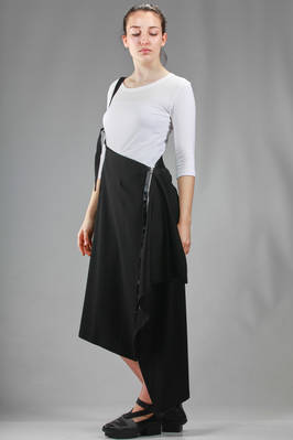 132 5. Issey Miyake – asymmetric longuette skirt in recycled polyester and triacetate crêpe - ISSEY MIYAKE