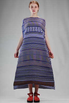 long and wide dress in horizontal wave shaped soft polyester plissé with dense graphic pattern  - 47