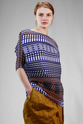 hip length top in horizontal wave shaped soft polyester plissé with dense graphic pattern - ISSEY MIYAKE