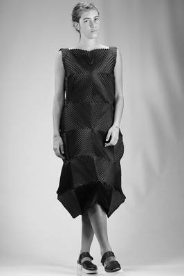 sculpture dress in polyurethane and polyester steam strech plissé with concentric squares  - 47