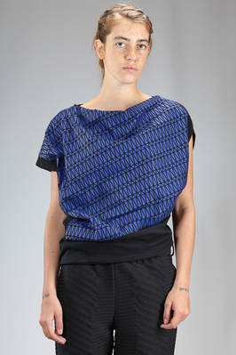 hip length asymmetric t-shirt in polyester jersey with thermo casting triangles on the front side  - 47