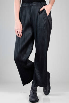 wide and straight trousers in polyester plissé with vertical narrow pleats  - 111