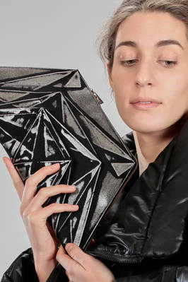 132.5 Issey Miyake – cross body small bag shaped as a trapezium with origami algorithm development of bicolor recycled polyester canvas  - 47