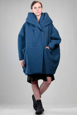wide knee length padded coat in matt polyester cloth with matelassé processing  - 123