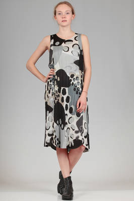 calf length dress in polyester plissé with vertical pleats and irregular stains print  - 111
