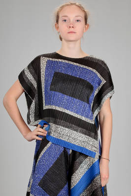 hip length top, asymmetrical in polyester plissé with narrow vertical pleats and multicolour square print  - 111