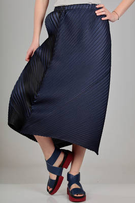 longuette skirt, asymmetrical, in polyester plissé with bicolour diagonal pleats  - 111