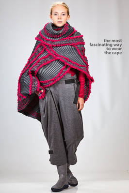 wide 'sculpture' cape in steam stretch polyester, wool and polyurethane plissé  - 47