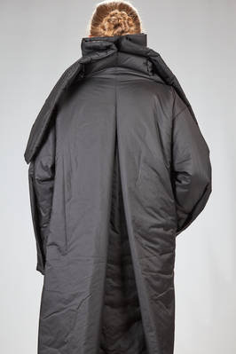 light knee length padded jacket in smooth polyester etamine - ISSEY MIYAKE