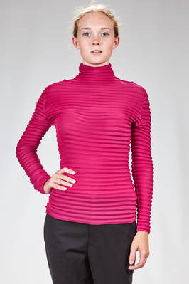 hip length t-shirt in polyester plissé with horizontal pleats that have a padded ribs effect  - 47