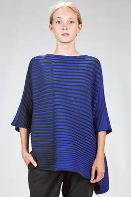 asymmetrical and flared sweater in elastic knitting of polyester and wool with graphic bicolor plissé effect  - 47