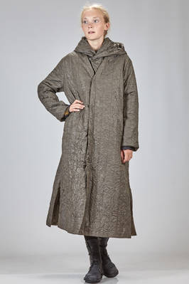 long and light padded coat in wrinkled metelassé polyester cloth, lined in shiny cloth with parts in polyester fleece  - 327