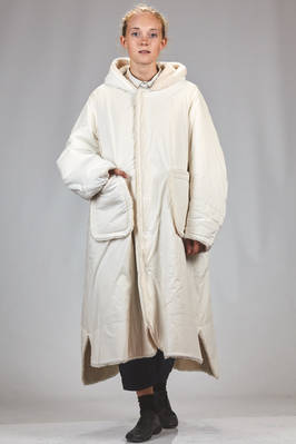 long and wide coat in crisp cotton and spandex canvas with wool, yak and polyester ausetex on the inside  - 359