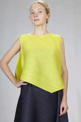 hip length top in diagonal and narrow polyester plissé  - 111