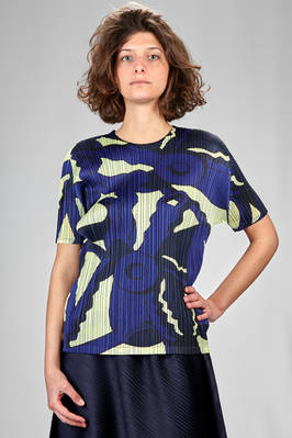 hip length t-shirt in narrow vertical polyester plissé with abstract print  - 111