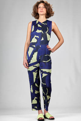 trousers dungaree in narrow vertical polyester plissé with abstract print  - 111