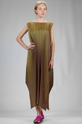 long and wide dress in polyester plissé with bicolor pleats of medium dimensions  - 111