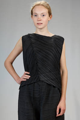short and asymmetrical top in polyester plissé with narrow irregular and diagonal pleats  - 111