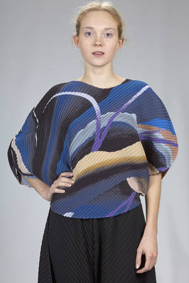 hip length top in diagonal polyester plissé with soft waves and multicolour print  - 47
