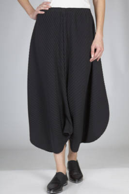 wide divided-skirt in soft and diagonal polyester plissé  - 47