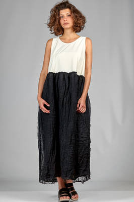 long and wide dress with the bodice in ivory cotton jersey and the skirt in embossed double gauze of black linen  - 195