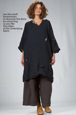 tunic dress, double: one side in melange cotton (black and navy) loom worked with vertical cuts and the other side in linen gauze with bicolour stains print  - 195