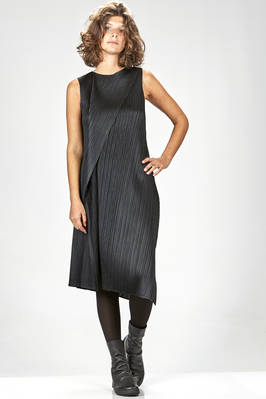 calf length dress in pleated polyester with narrow diagonals pleats  - 111