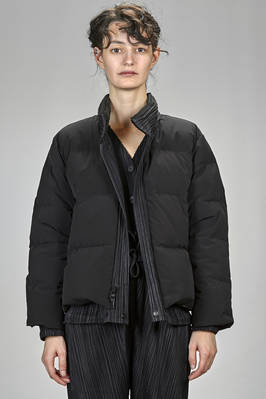 short padded coat in polyester plissé with vertical narrow pleats, padded in down and feather, reversible  - 111