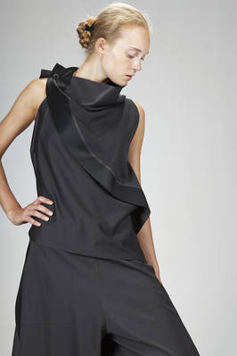 132 5. Issey Miyake – top al fianco in tela liscia di poliestere a mano a-poc - ISSEY MIYAKE