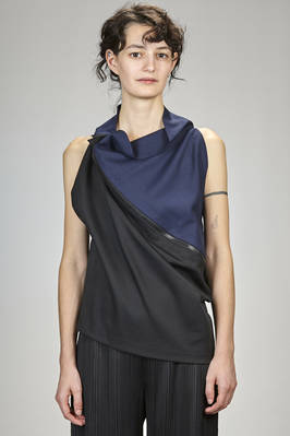 132 5. Issey Miyake – hip length top in mate canvas of recycled polyester and wool, bicoloured  - 47