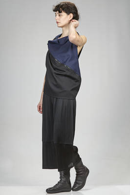 132 5. Issey Miyake – hip length top in mate canvas of recycled polyester and wool, bicoloured - ISSEY MIYAKE
