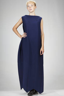 long and wide dress in polyester plissé with rounded horizontal waves and padded effect  - 47